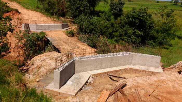 Foto do início da obra de substituição de ponde de madeira (cabeceiras de pontes já instaladas) por ponte mista de aço e concreto Ecotex-agro da Ecopontes